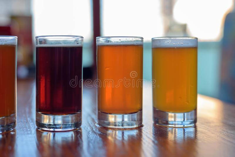 Proevende steekproeven van bier bij microbrewery stock foto's