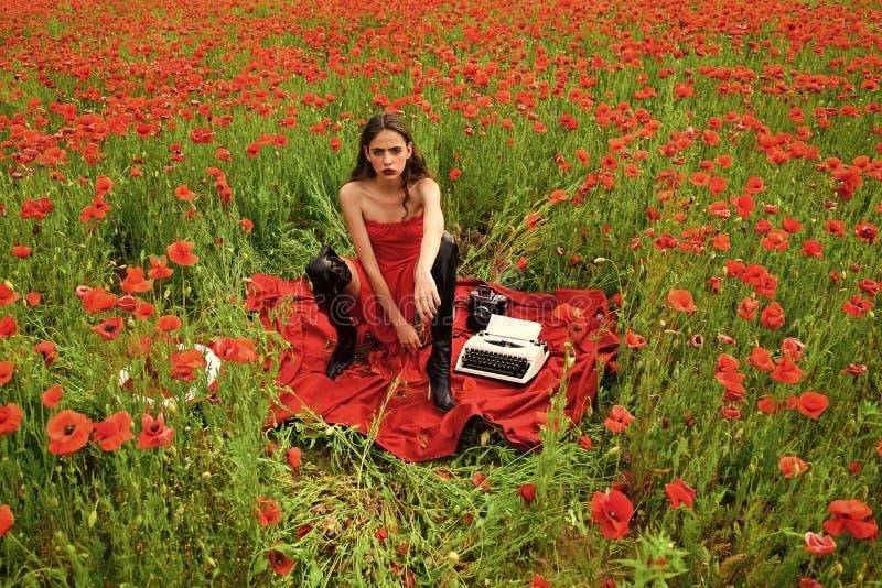 Profesión de un redactor de anuncios mujer joven hermosa que mecanografía en una máquina de escribir fotografía de archivo libre de regalías