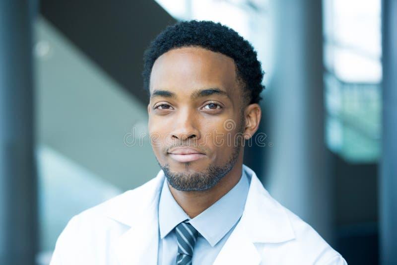 Profesional confiado de la atención sanitaria del headshot fotos de archivo