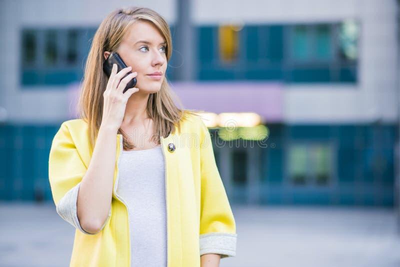 Profesional de la empresaria del abogado que camina al aire libre hablando en el ce imagen de archivo