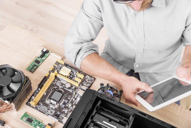 Profesional de la reparación del ordenador foto de archivo