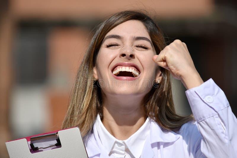 Profesional médico femenino colombiano lindo acertado con el tablero foto de archivo libre de regalías