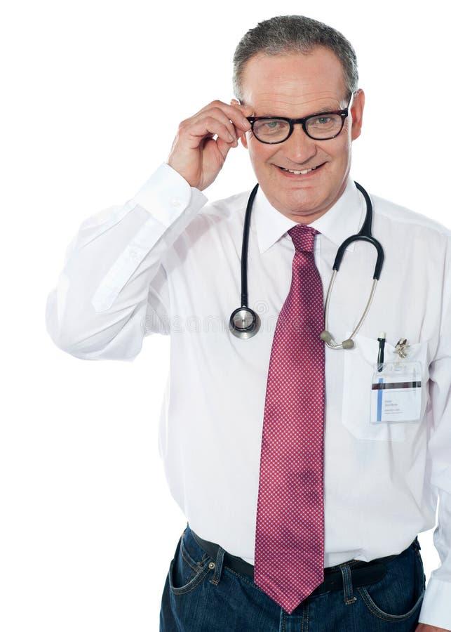 Profesional médico maduro, dentro tiro del estudio imagenes de archivo