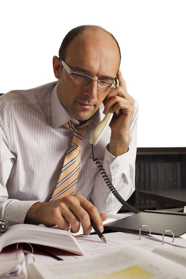 Profesional masculino cómodo en el teléfono foto de archivo libre de regalías