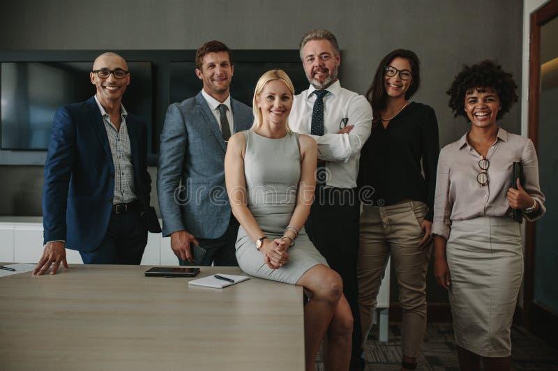 Profesionales diversos del negocio junto en sala de reunión fotos de archivo