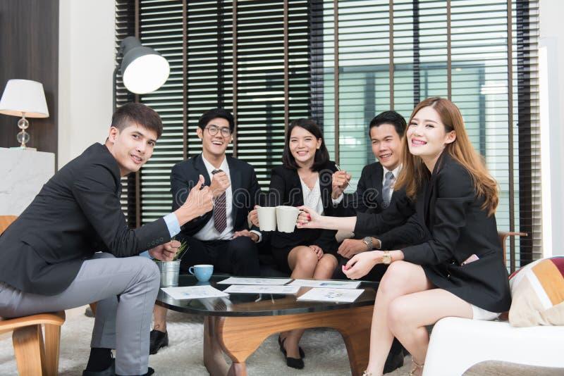 Profesionales jovenes del negocio que tienen una reunión en la oficina, trabajadores fotos de archivo libres de regalías