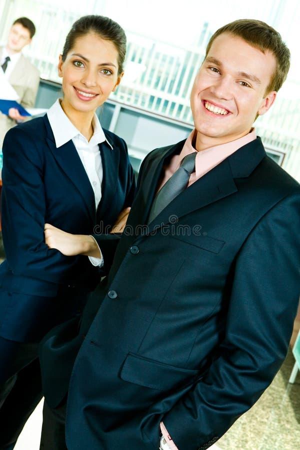 Profesionales sonrientes imagen de archivo libre de regalías