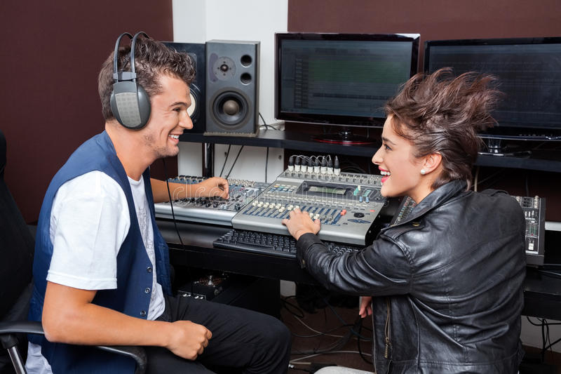 Profesjonaliści Miesza audio W studiu nagrań zdjęcie royalty free