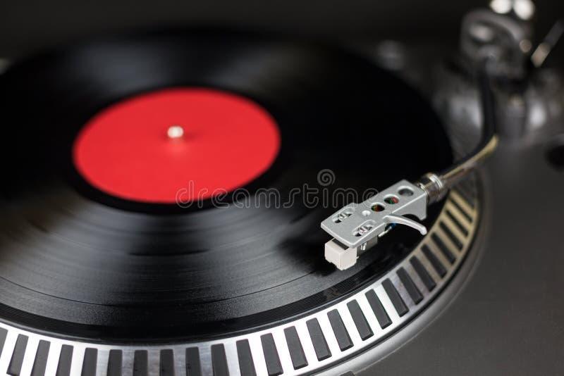 Profesjonalistów djs partyjny turntable z czerwieni i plecy rejestrem Analogowej sceny audio wyposażenie dla koncerta w klubie no obrazy royalty free