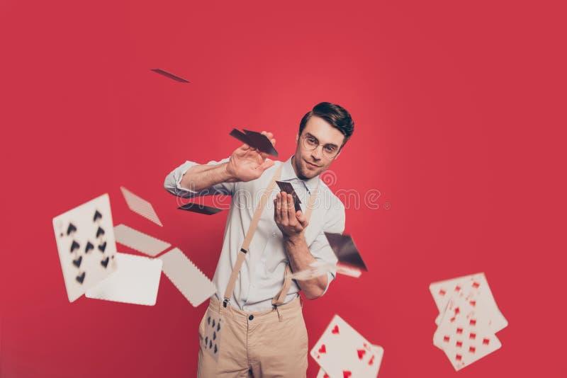 Profesjonalista, chytry magik, iluzjonista, hazardzista w przypadkowym stroju, szkła, miotanie, dosłanie karty kamera, trwanie ov fotografia stock