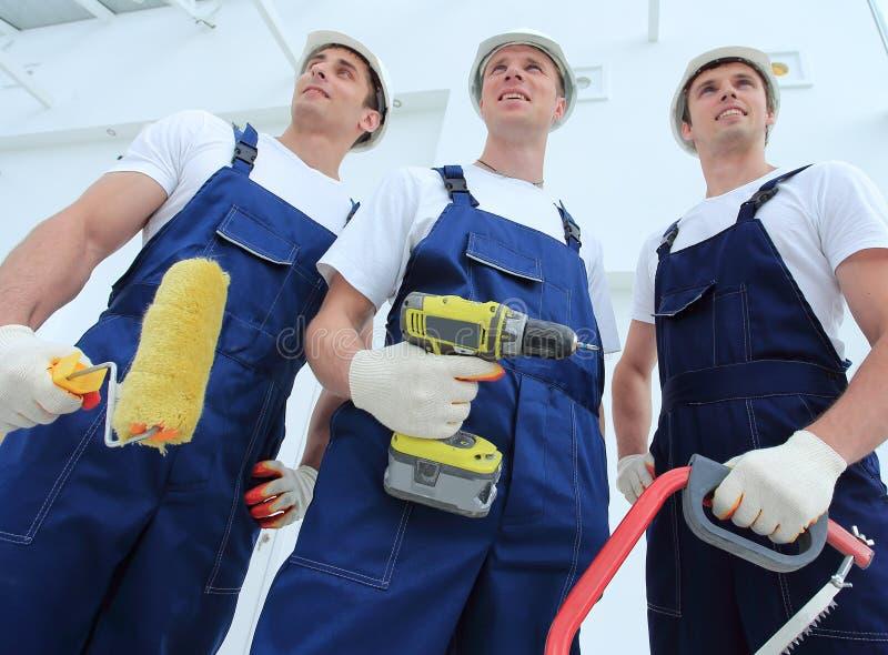 Profesjonalista drużyna budowniczowie z narzędziami zdjęcie royalty free