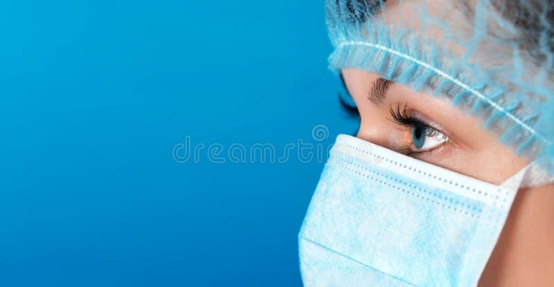 Profesjonalista lekarka przy pracy błękita tłem zdjęcia royalty free