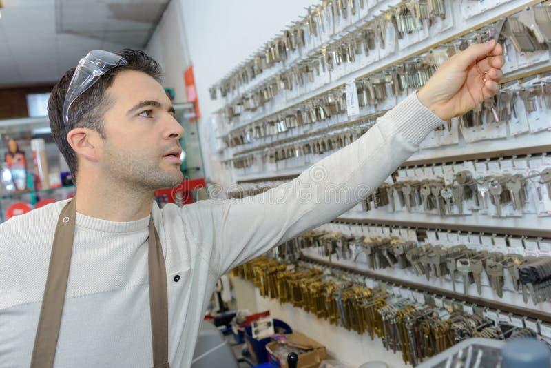 Profesjonalista z różnymi typ klucze w locksmith fotografia stock