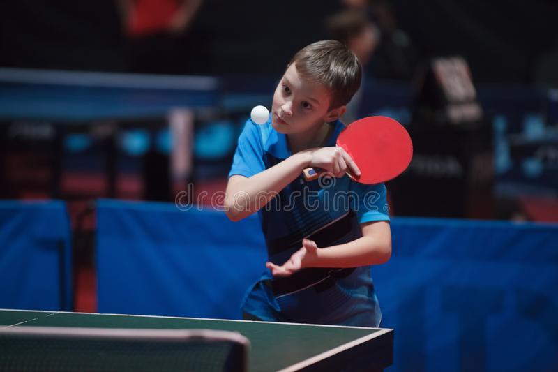 Profesjonalisty gracz w tenisa potomstw stołowa chłopiec jałowiec Mistrzostwo turniej zdjęcie royalty free