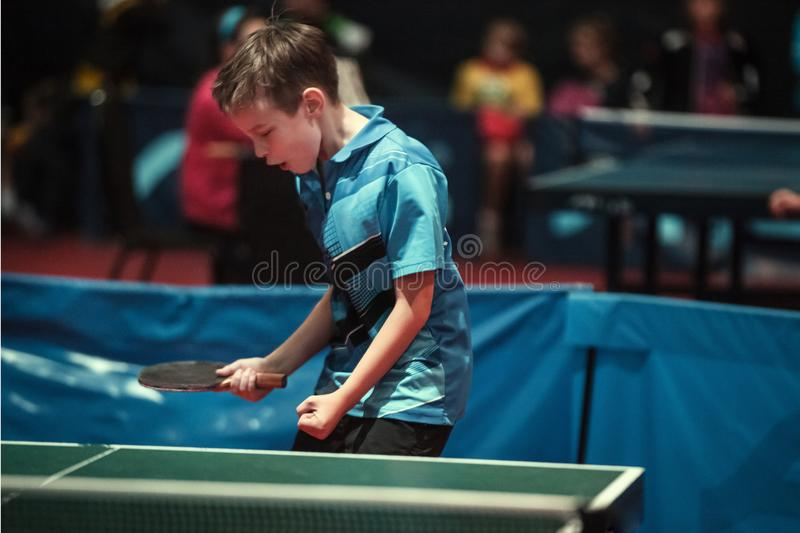Profesjonalisty gracz w tenisa potomstw stołowa chłopiec jałowiec Mistrzostwo turniej zdjęcia royalty free