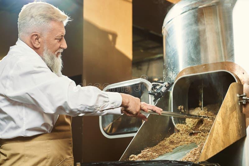 Profesjonalny browarnik pracujÄ…cy w fabryce piwa zdjęcie royalty free