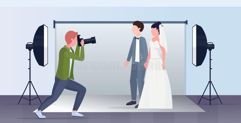 Profesjonalny fotograf ślubny kręcący kamerą na nowo ślubnym ślubie para panny młodej i pana młodego podejmujących się u ilustracji