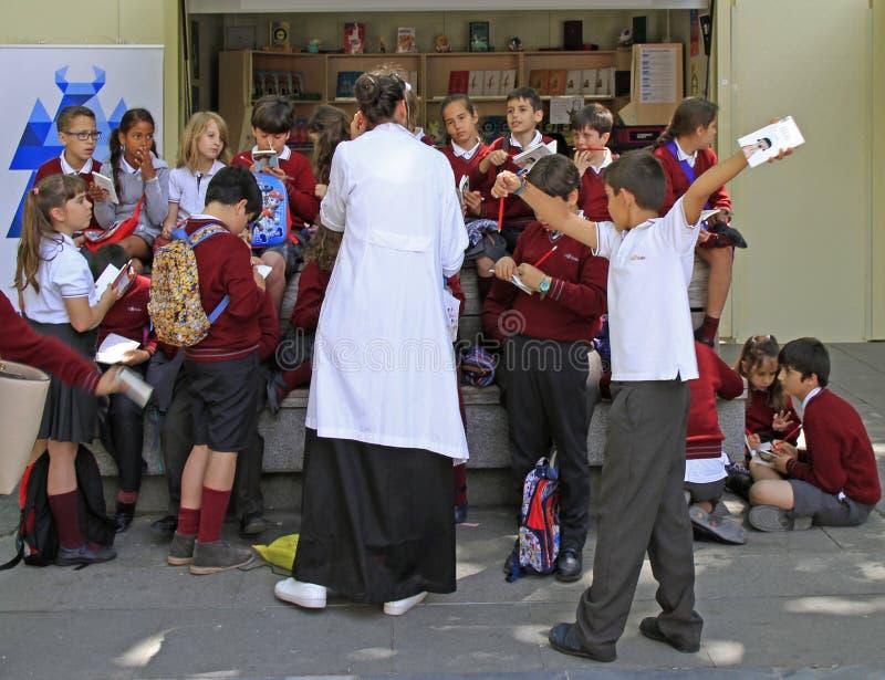 Profesor con los estudiantes al aire libre en Sevilla, España fotografía de archivo