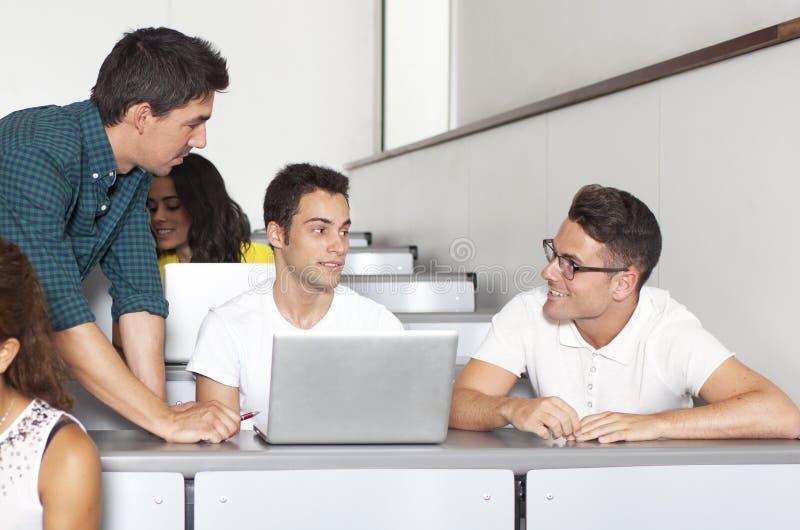 Profesor con los estudiantes masculinos fotografía de archivo libre de regalías