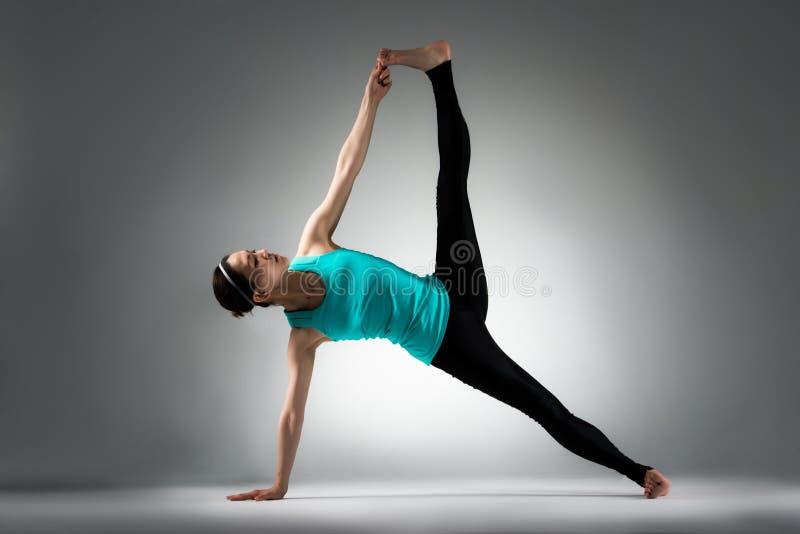 Profesor de la aptitud de la yoga que muestra la presentación de la dificultad fotos de archivo