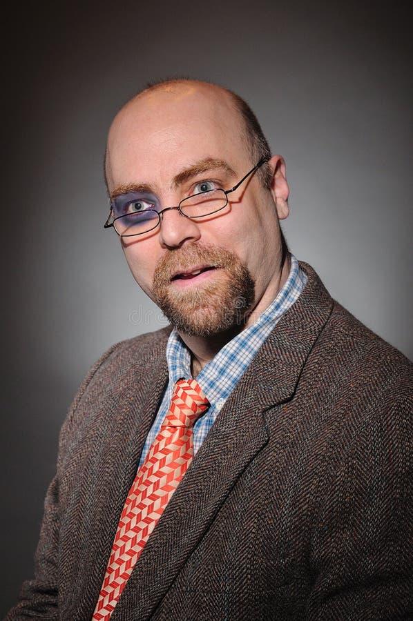 Profesor de la universidad con un ojo morado foto de archivo