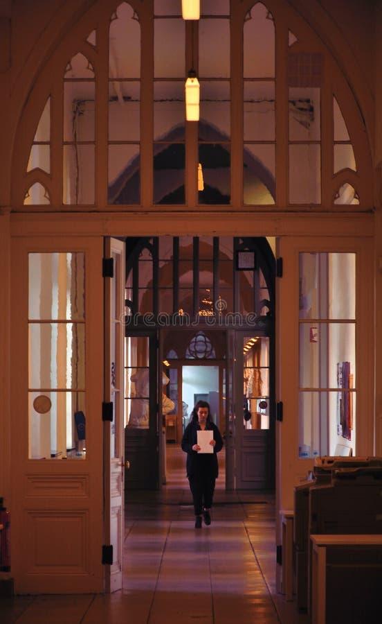 Profesor de música que camina a través de los pasillos de un edificio y de un shool del fameus fotografía de archivo libre de regalías