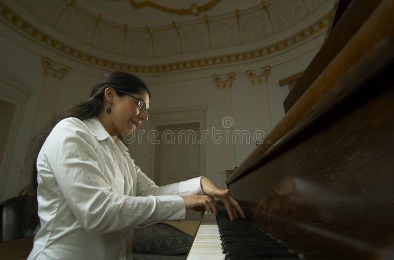 Profesor de piano que juega punto de vista inferior imágenes de archivo libres de regalías