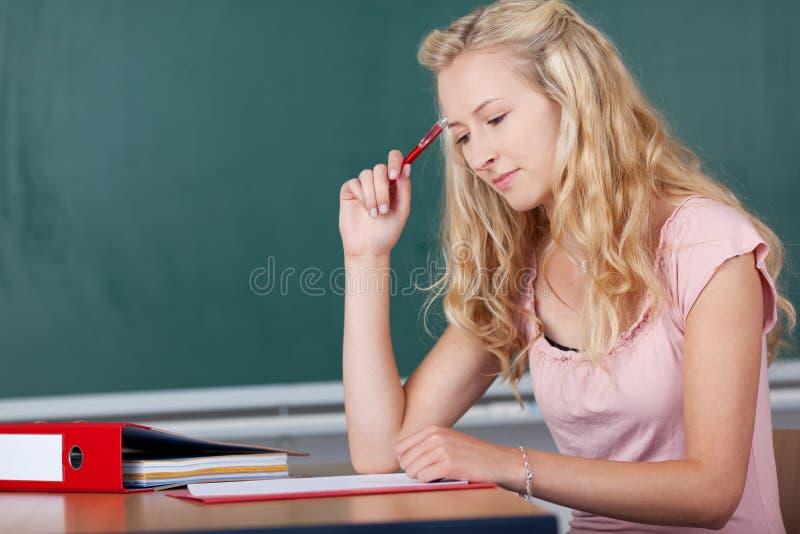 Profesor de sexo femenino rubio joven imagen de archivo libre de regalías