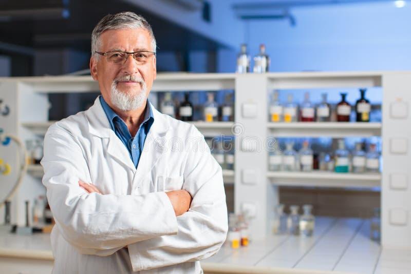Profesor/doctor mayores de la química en un laboratorio foto de archivo