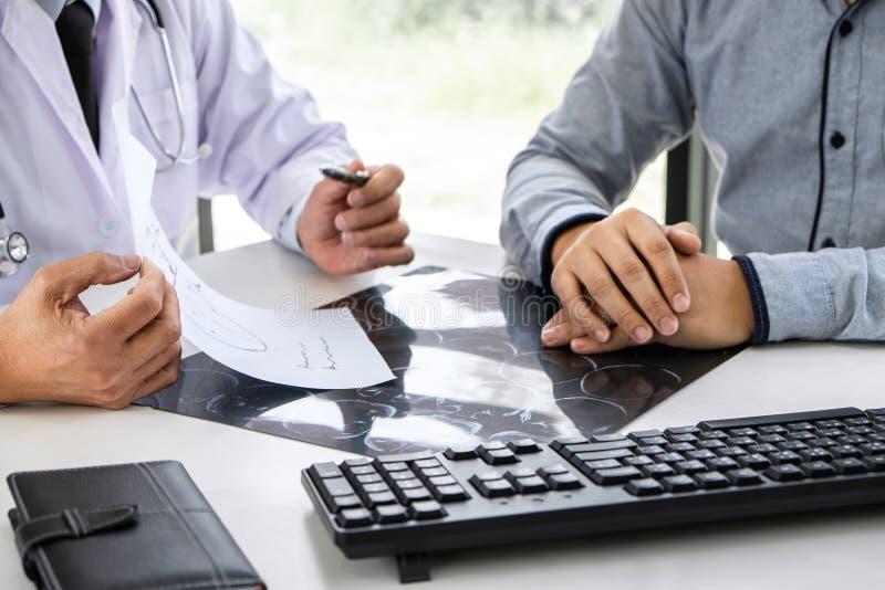 Profesor Doctor que tiene conversación con el paciente y que sostiene la película de radiografía mientras que discute explicando  imagenes de archivo