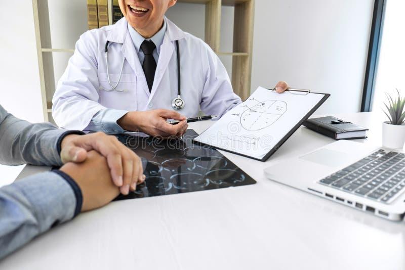 Profesor Doctor que tiene conversación con el paciente y que sostiene la película de radiografía mientras que discute explicando  imágenes de archivo libres de regalías