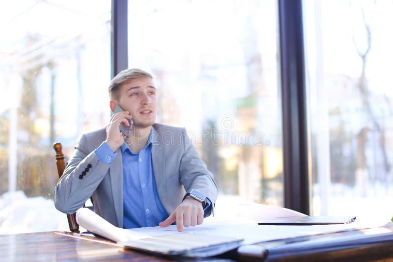 Profesor dzwoni ucznia architektura fakultet i opowiada obok zdjęcie royalty free