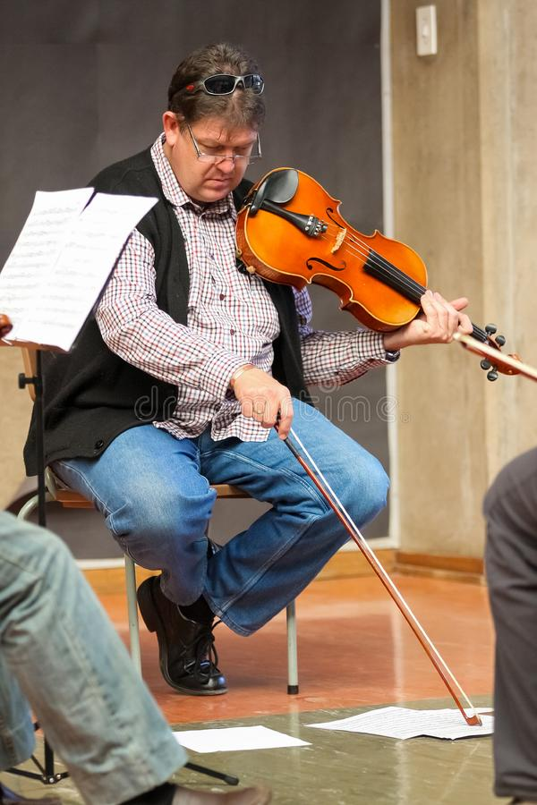 Profesor en la clase de la orquesta de la escuela de música fotografía de archivo libre de regalías