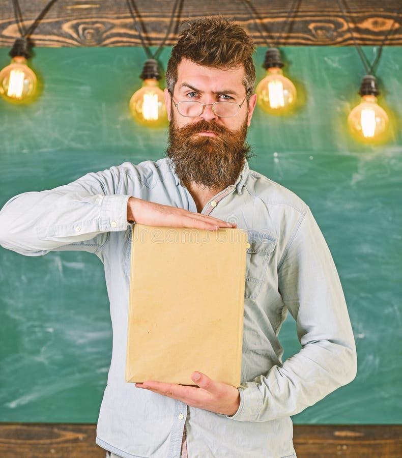 Profesor en las lentes que presentan el libro en blanco Concepto de la presentación de la literatura Hombre con la barba y bigote foto de archivo