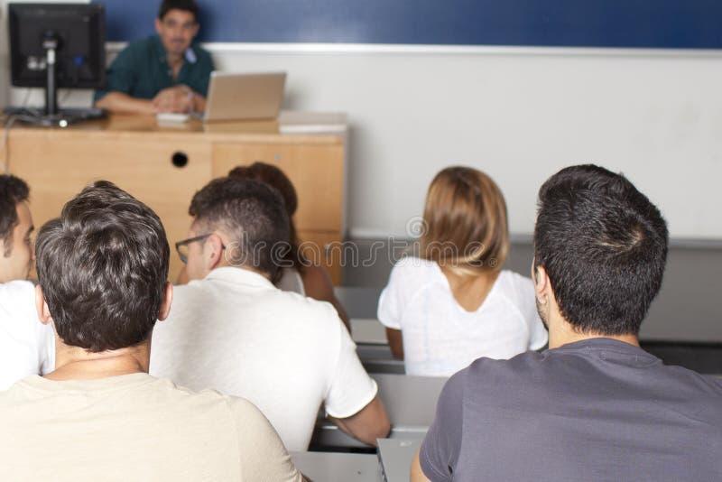 Profesor en sala de clase con los estudiantes fotografía de archivo