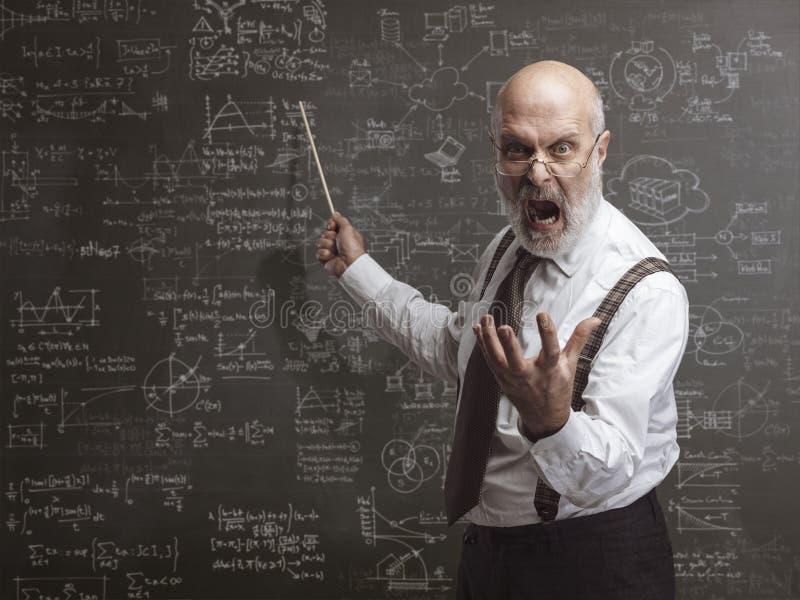 Profesor enojado loco que grita y que señala con un palillo fotografía de archivo libre de regalías