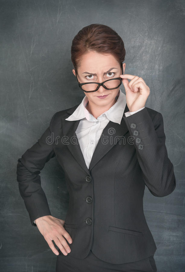 Profesor estricto que mira alguien fotos de archivo libres de regalías