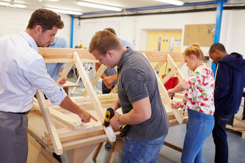 Profesor Helping College Students que estudia la carpintería imágenes de archivo libres de regalías