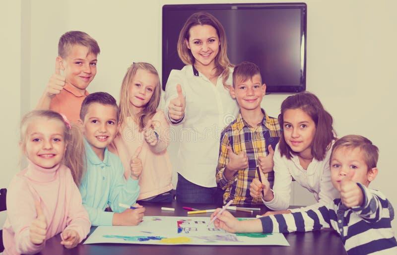 Profesor i dzieci rysować fotografia royalty free