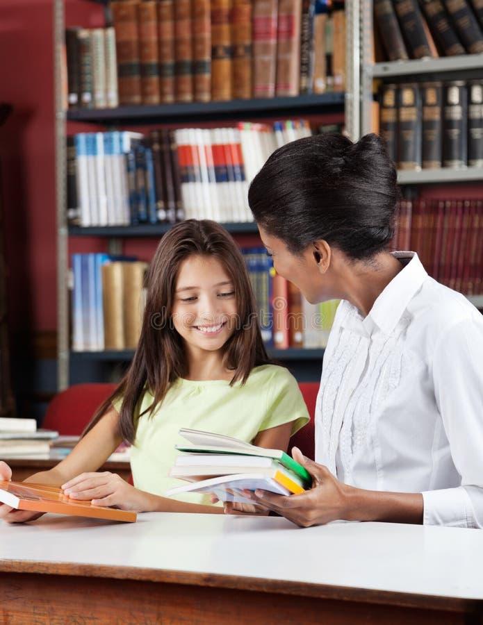 Profesor I uczennica Z książkami Siedzi Wewnątrz zdjęcie royalty free