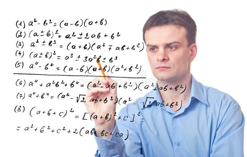 Profesor joven y fórmula matemática imagen de archivo
