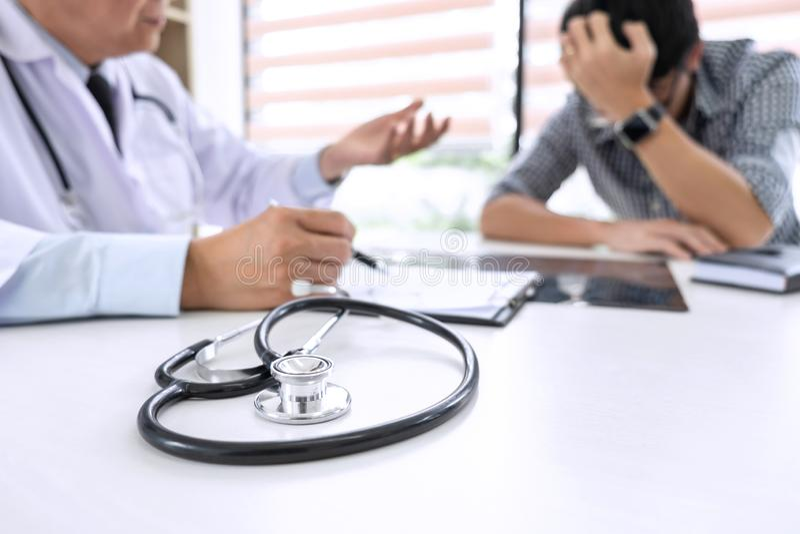 Profesor lekarka ma poparcie i pociesza wewnątrz poleca z zdjęcie royalty free