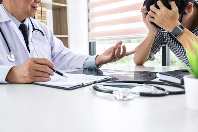 Profesor lekarka ma poparcie i pociesza wewnątrz poleca z pacjentem podczas gdy dyskutujący wyjaśniający jego doradcy lub objawy zdjęcie royalty free