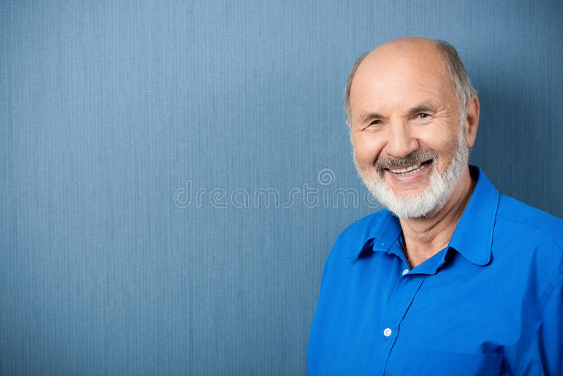 Profesor mayor caucásico que sonríe en la cámara imagen de archivo