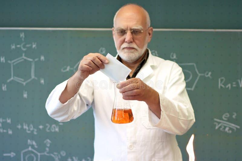 Profesor miesza substancje chemiczne zdjęcie royalty free