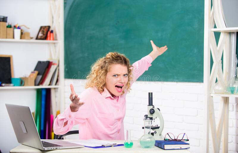 Profesor particular o estudiante de la mujer en el escritorio con efectos de escritorio del ordenador portátil y del equipo de es foto de archivo