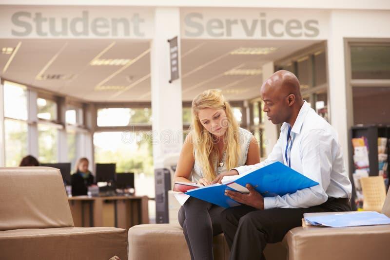 Profesor particular To Discuss Work de Having Meeting With del estudiante universitario foto de archivo libre de regalías