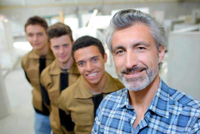 Profesor pozuje z profesjonalnymi uczniami obraz royalty free
