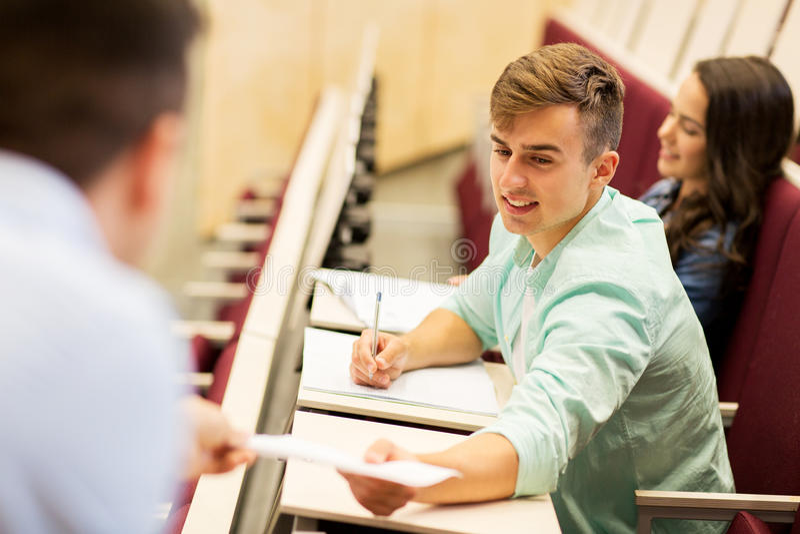 Profesor que da la prueba al muchacho del estudiante en conferencia fotografía de archivo libre de regalías
