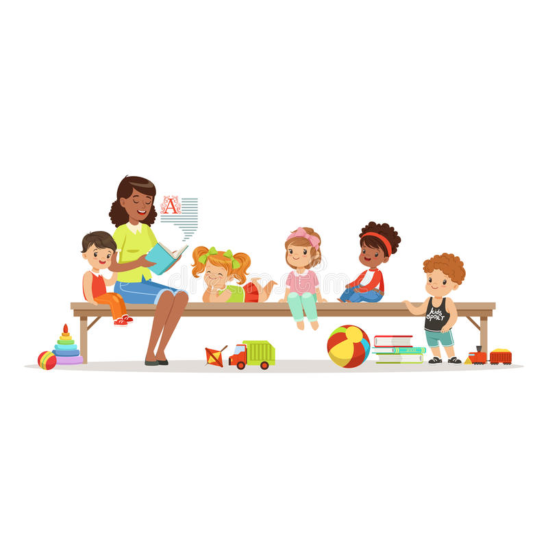 Profesor que lee un libro a los niños mientras que se sienta en un banco, la educación de los niños y la educación en preescolar  libre illustration